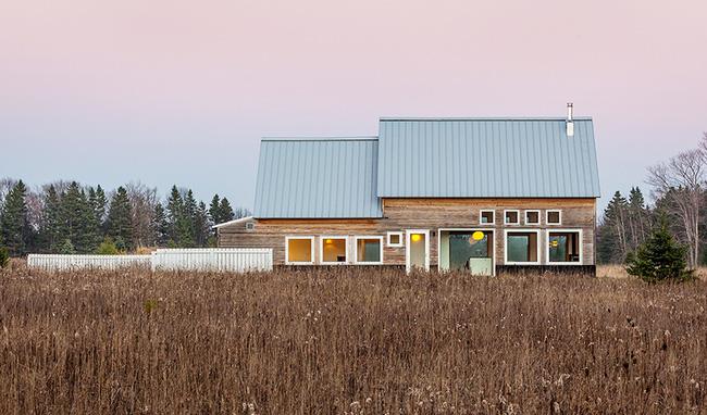 Ngôi nhà gỗ khang trang nằm bình yên bên đồng cỏ