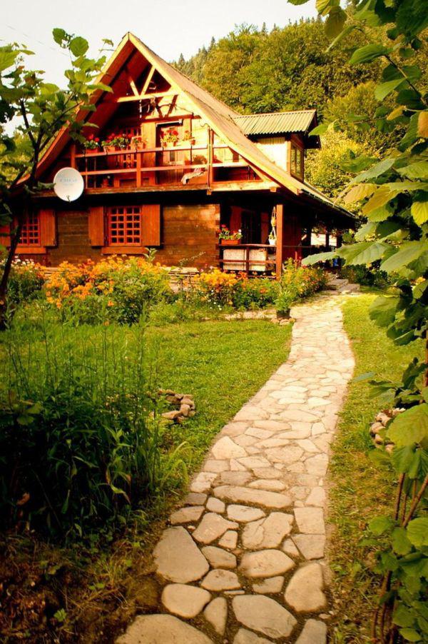 Có một ngôi nhà gỗ bình yên như thế nằm ở giữa rừng hoa sắc thắm