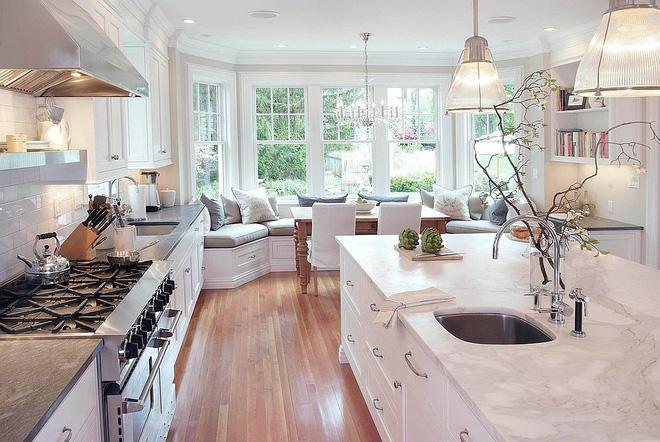 Khác biệt với 10 mẫu thiết kế nhà bếp có ghế ngồi bên cửa sổ - 01