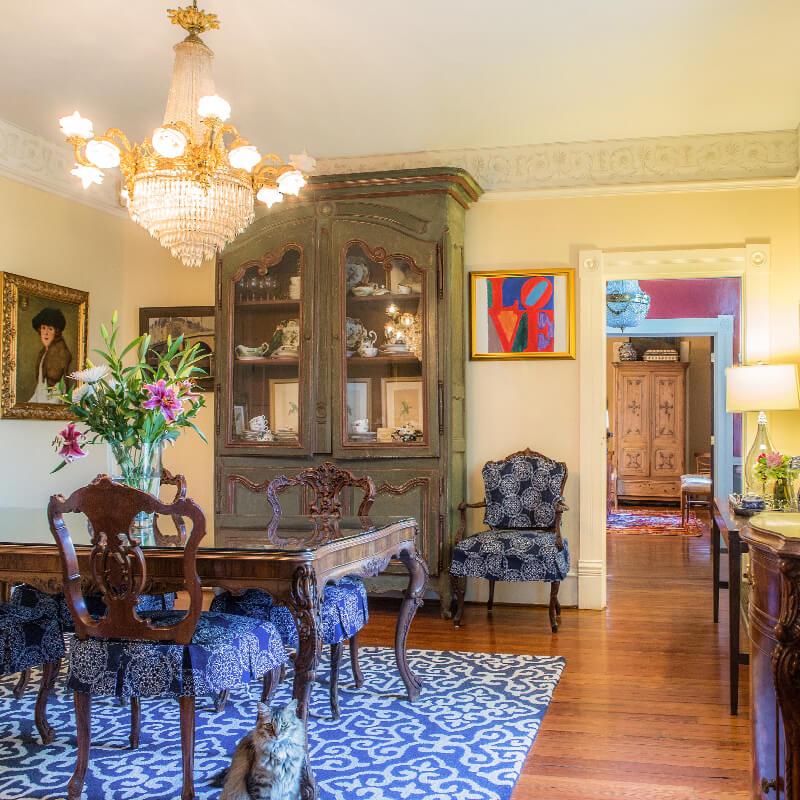 Nhà cổ điển ấn tượng và khác biệt với nội thất kì dị - 10