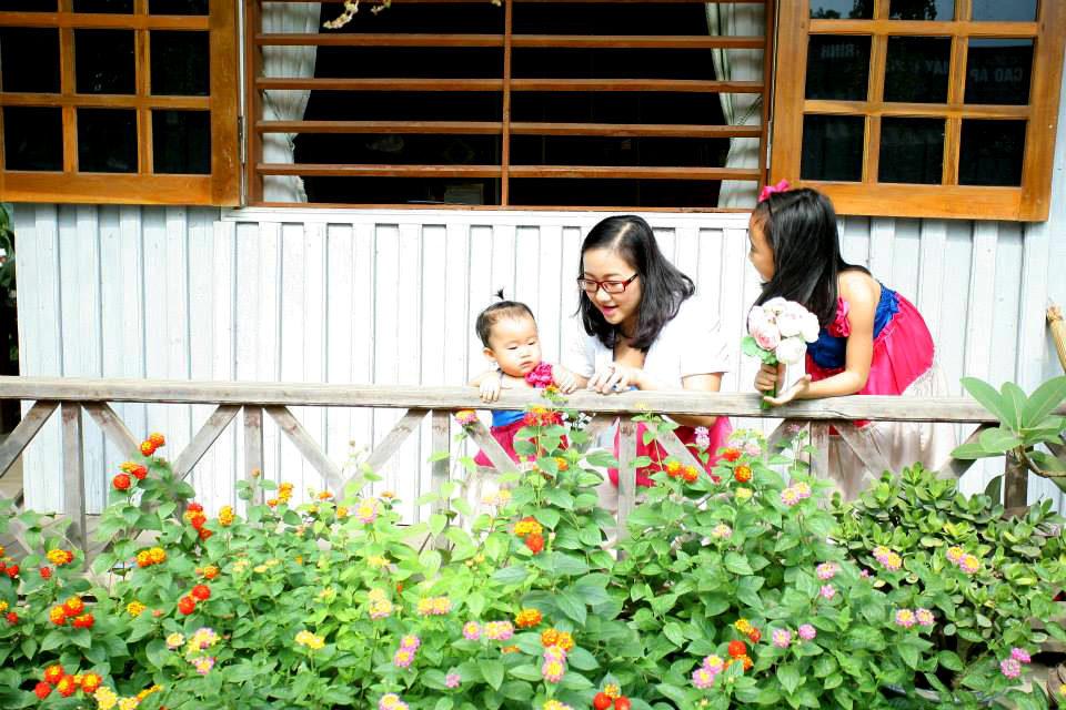 Ngôi nhà gỗ xinh xắn với vườn hoa hồng rực rỡ sắc màu - 05