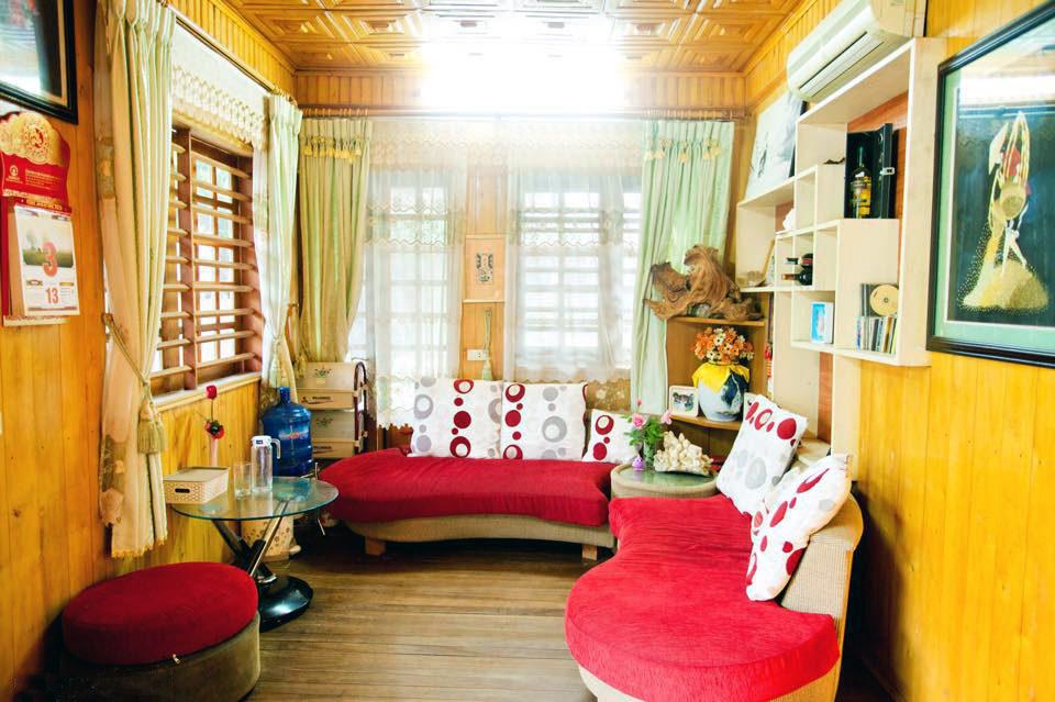 Ngôi nhà gỗ xinh xắn với vườn hoa hồng rực rỡ sắc màu - 06