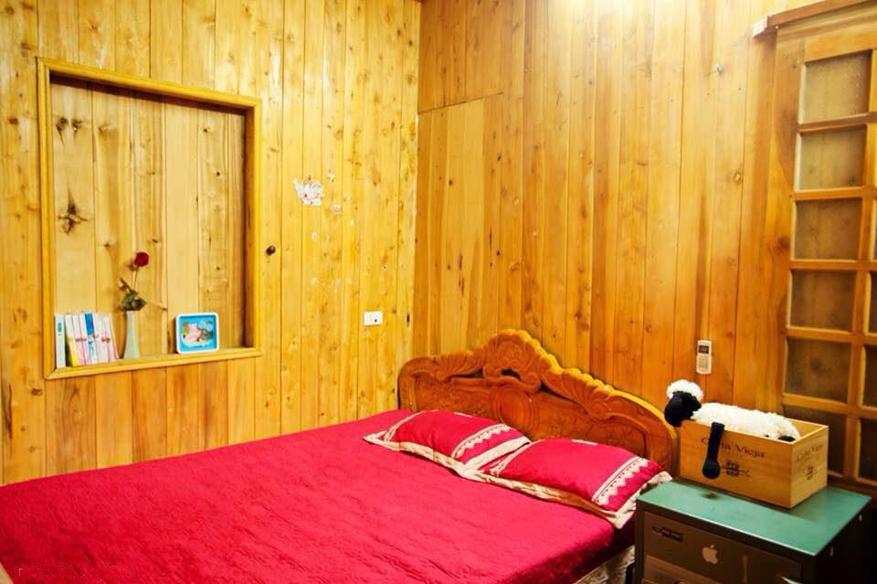 Ngôi nhà gỗ xinh xắn với vườn hoa hồng rực rỡ sắc màu - 08