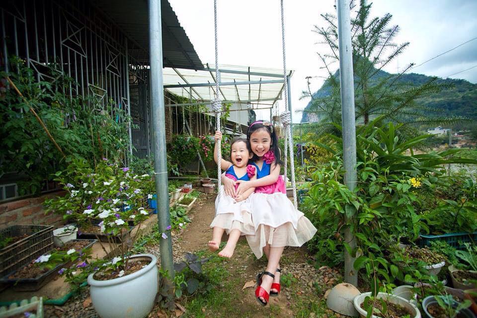 Ngôi nhà gỗ xinh xắn với vườn hoa hồng rực rỡ sắc màu - 14