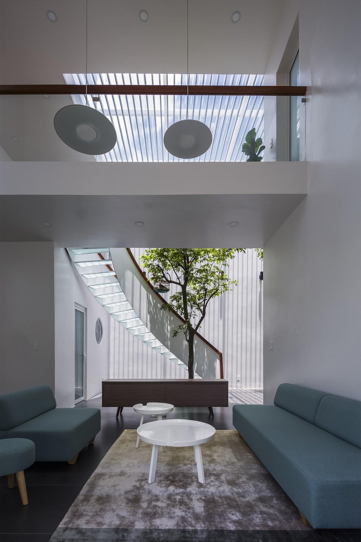 Phòng khách hiện đại tối giản của căn nhà được cắt xé táo bạo