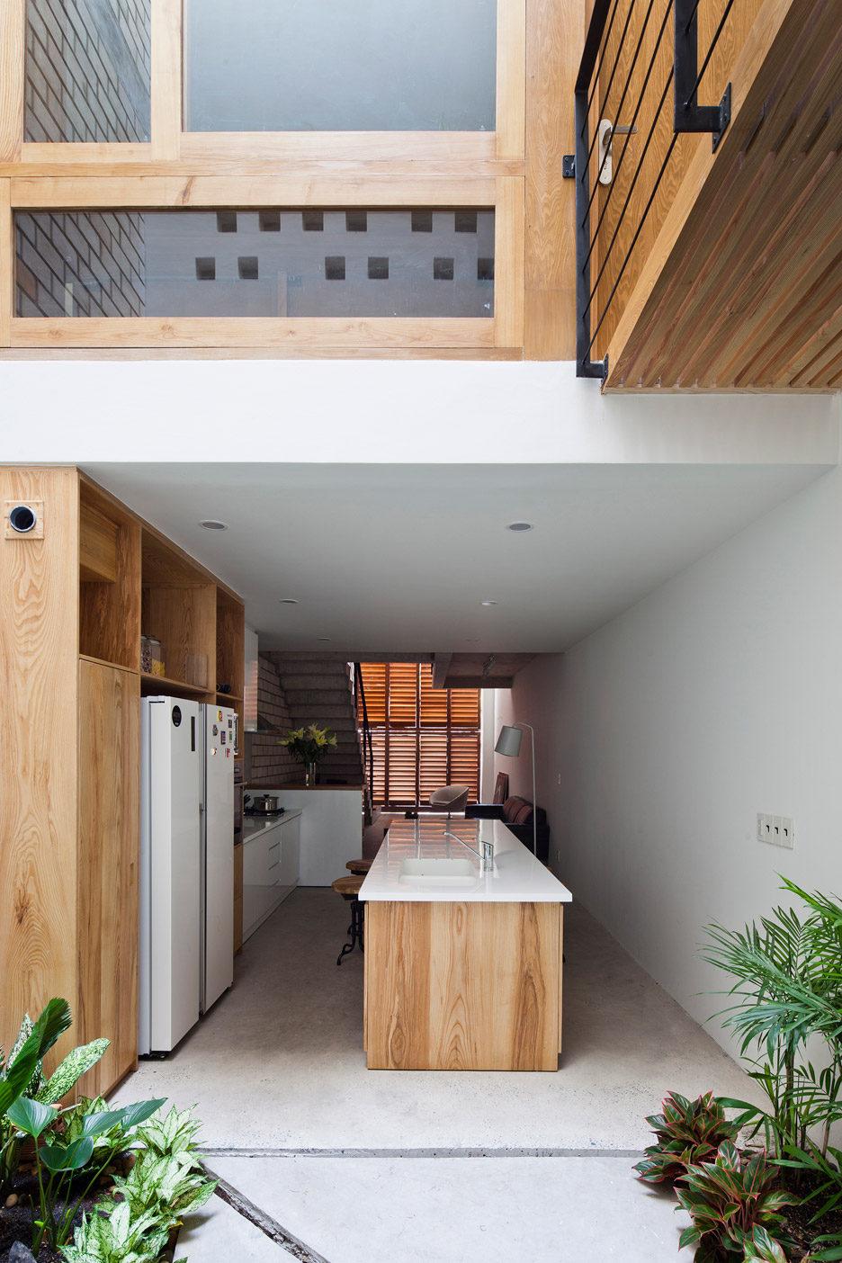 Khám phá căn nhà phố có cánh cửa gấp bằng gỗ