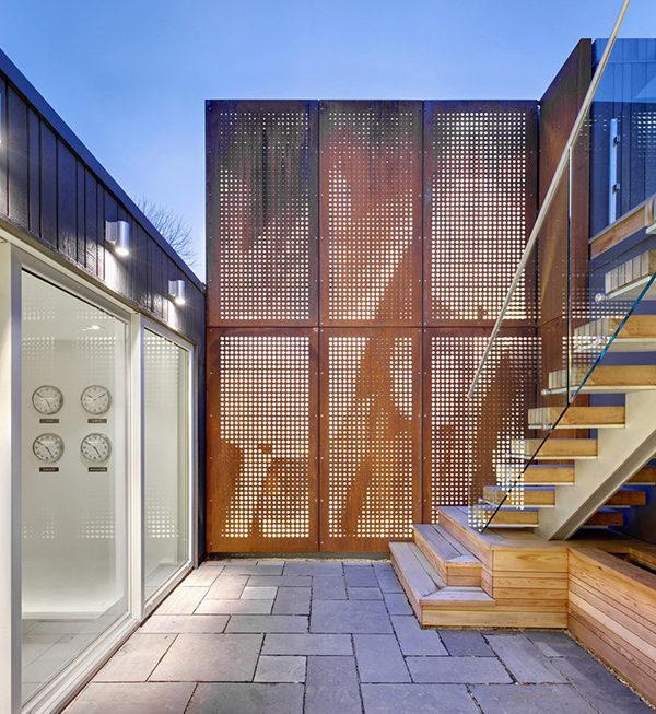 Khám phá căn nhà thiết kế hiện đại nổi bật giữa khu phố