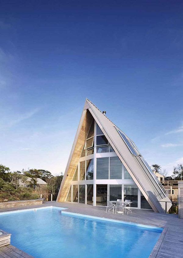 Lạ lùng căn nhà mái dốc chữ A ven biển