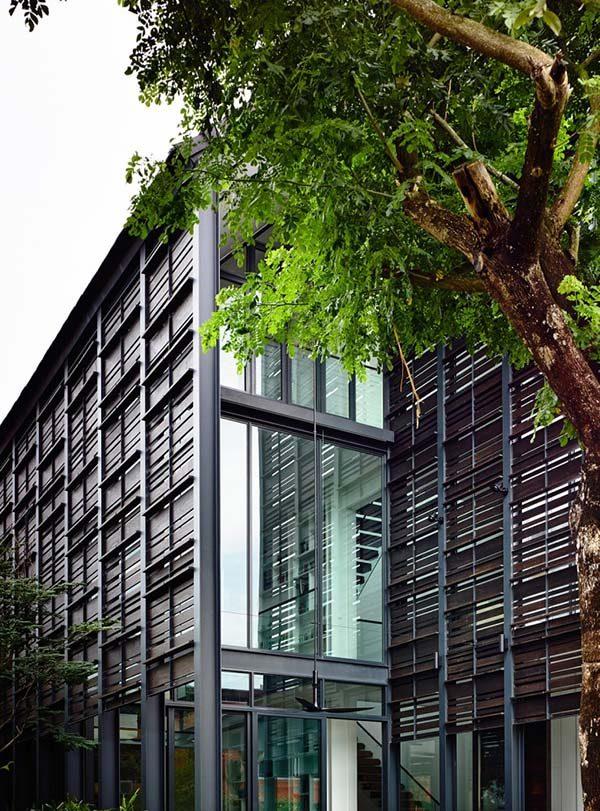 Nhà phố phá cách với mái dốc và kính tại Singapore