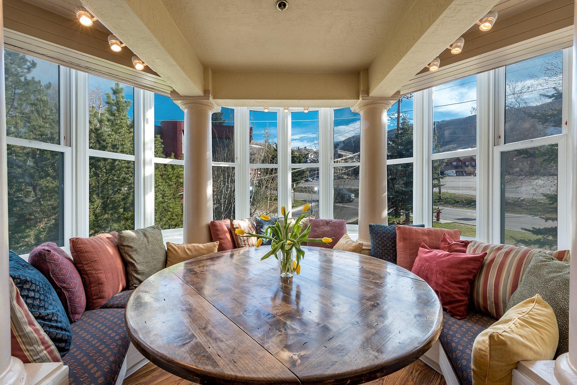 Mê mẩn với 6 kiểu tạo điểm nhấn cho phòng khách bằng sofa đẹp khỏi chê 02